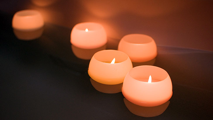 入浴タイムを香りと光で彩るバスキャンドル